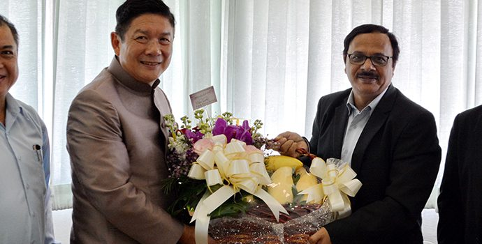 Mr. Luck Wajananawat, Deputy Minister, Ministry of Agriculture and Cooperatives of Thailand Exchanging greetings with the Secretary General of APRACA.